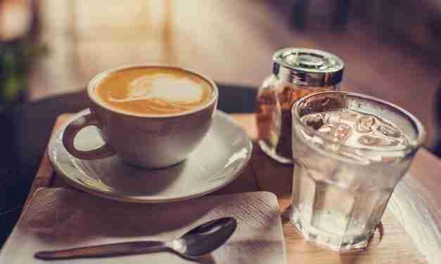 Verre d'eau au café