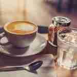 Un vaso de agua para el café