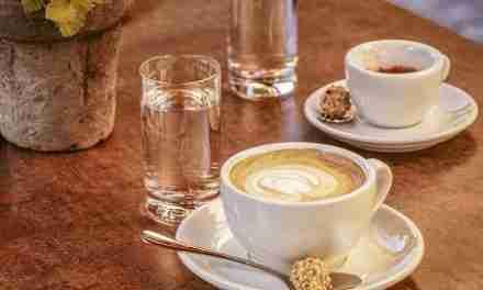 Un bicchiere d'acqua al caffè